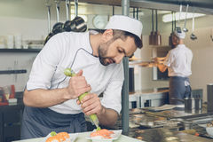 Bemannen Sie den Chef des japanischen Restaurants, der in der Küche kocht lizenzfreie stockfotografie