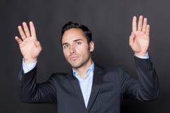 Bemannen Sie den Druck mit zwei Händen auf einem virtuellen Schirm Lizenzfreies Stockfoto