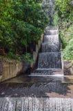 Bemannen Sie den gemachten Wasserfall, der hinunter die Kaskadenstruktur läuft Lizenzfreies Stockbild