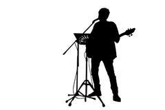 bemannen Sie den Gesang und das Spielen der Gitarre mit Anmerkungsstand und MICR Lizenzfreie Stockfotografie