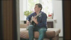 Bemannen Sie den Gitarristen, der Musik durch hölzerne Akustikgitarre spielt Mann, der Akustikgitarre-Abschluss herauf Zeitlupevi stock video footage