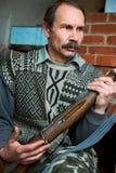 Bemannen Sie den Jäger mit einem Gewehr stockbild