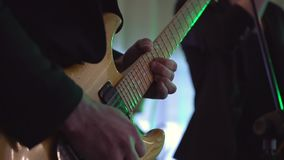 Bemannen Sie den Lead-Gitarristen, der elektrische Gitarre auf Konzertstadiumszeitlupe spielt stock video footage