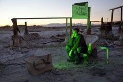 Bemannen Sie in den Ruinen, die 3 fernsehen Lizenzfreies Stockfoto