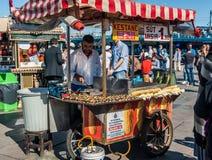 Bemannen Sie den Verkauf von gebratenen Kastanien und von Körnern bei Eminonu Istanbul Lizenzfreie Stockfotos