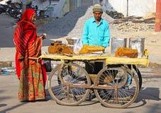 Bemannen Sie den Verkauf von halva auf der Straße von Udaipur, Indien Lizenzfreies Stockfoto