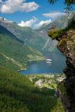 Bemannen Sie den Wanderer, der szenische Landschaften an einem Klippenrand, Geirangerfjord genießt Stockbild