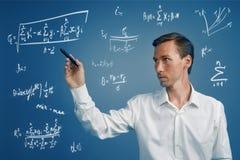 Bemannen Sie den Wissenschaftler oder Studenten, die mit verschiedenem Highschool Mathe und Wissenschaftsformeln arbeiten stockbilder
