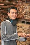 Bemannen Sie an der Holzfabrik Lizenzfreie Stockbilder