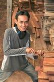 Bemannen Sie an der Holzindustrie Stockfoto