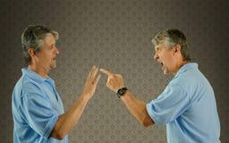 Bemannen Sie die Argumentierung von Schuld w selbst und von Geisteskrankheit lizenzfreies stockfoto