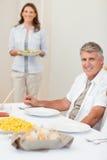 Bemannen Sie die Aufwartung, dass seine Frau Salat holt