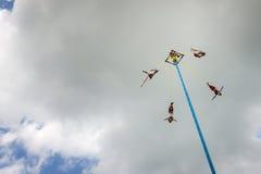 Bemannen Sie die Ausführung des Tanzes der Flieger Danza de Los Voladores im EL Tajin, Mexiko lizenzfreie stockfotos