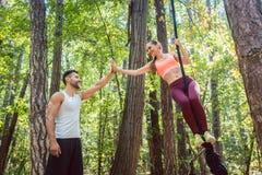 Bemannen Sie die Beglückwünschung seiner Freundin zu Fertigungseignungsübung Lizenzfreies Stockfoto