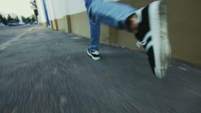 Bemannen Sie die Beine, die auf Straße in den Sportschuhen laufen Schließen Sie herauf den Mann, der in Sportschuhe läuft stock footage