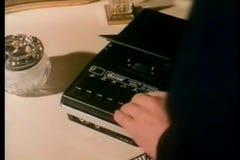 Bemannen Sie die Einfügung der Kassette in Tonbandgerät und das Spielen stock footage