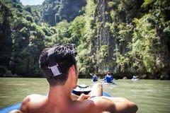 Bemannen Sie die Entspannung auf einem Floss mit Aktionskamera Lizenzfreies Stockfoto