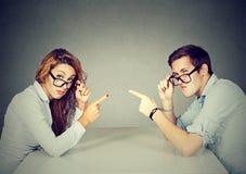 Bemannen Sie die Frau, die Finger auf einander tadelnd zeigt Stockfoto