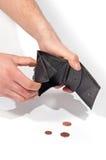 Bemannen Sie die Hände, die eine leere Geldbörse und einige Euromünzen halten Lizenzfreie Stockfotografie