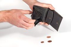 Bemannen Sie die Hände, die eine leere Geldbörse und einige Euromünzen halten Stockfotografie