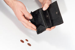 Bemannen Sie die Hände, die eine leere Geldbörse und einige Euromünzen halten Stockbilder