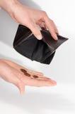 Bemannen Sie die Hände, die eine leere Geldbörse und einige Euromünzen halten Lizenzfreies Stockbild
