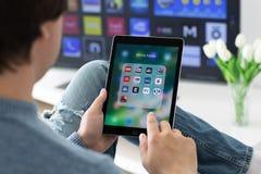 Bemannen Sie die Hände, die iPad Pro mit populären Nachrichtenanwendungen halten Lizenzfreies Stockfoto