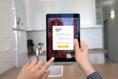 Bemannen Sie die Hände, die iPad Proraum grau mit APP-Haus halten Stockfotos