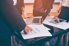 Bemannen Sie die Hand, die auf Geschäftsdokument während der Diskussion bei der Sitzung zeigt Lizenzfreie Stockfotos