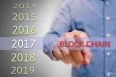 Bemannen Sie die Hand, die Blockkettentext, Körpermann, Geschäftsmann planin zeigt Stockfotos