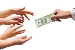 Bemannen Sie die Hand, die ein Bargeld gibt Stockbilder