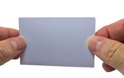 Bemannen Sie die Hand, die eine graue leere Anschlagtafel auf einem weißen Hintergrund hält Stockfotos