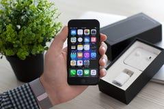 Bemannen Sie die Hand, die iPhone 7 Jet Black mit IOS 10 hält Stockbilder