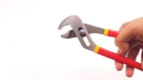 Bemannen Sie die Hand, die Metallflieger mit langem Griff hält Stockfoto