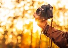Bemannen Sie die Hand, die Retro- Fotokamera Lebensstil im Freien hält Lizenzfreie Stockfotos