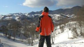 Bemannen Sie die Herstellung der Arme angehobenen Sieggeste beim Bewundern einer Winterlandschaft an der Spitze der Berge stock video