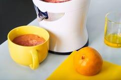 Bemannen Sie die Herstellung des frischen Orangensaftes auf der Küche Stockbild
