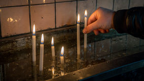 Bemannen Sie die Herstellung eines Wunsches mit heiligen brennenden Kerzen in der Kirche in Heilig-Antoine-Kirche in Taksim Lizenzfreies Stockfoto