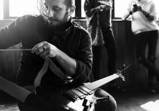 Bemannen Sie die Installierung einer neuen Gitarrenschnur vor Wiederholung Lizenzfreie Stockfotos