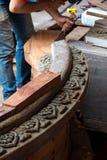 Bemannen Sie die Reparatur und die Wiederherstellung der hölzernen Skulptur mit Meißel am Schongebiet der Wahrheit Lizenzfreie Stockbilder