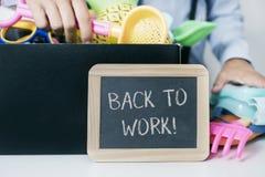 Bemannen Sie die Speicherung des Sommermaterials und -textes zurück zu Arbeit stockfoto
