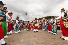 Bemannen Sie die tragende traditionelle Kleidung und Masken, die das Huaylia am Weihnachtstag vor der Cuzco-Kathedrale in Cuzco,  Lizenzfreie Stockfotografie