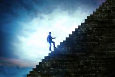 Bemannen Sie die Treppe zum Erfolg gehen, Schritte zum Erfolg im Geschäft lizenzfreies stockfoto