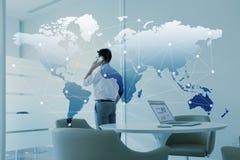Bemannen Sie die Unterhaltung über Handy und Laptop mit Globalisierung Lizenzfreies Stockbild