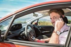Bemannen Sie die Unterhaltung auf Handy Smartphone in einem Auto Lizenzfreie Stockfotos