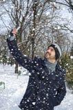 Bemannen Sie die Unterhaltung eines selfie, während es schneit lizenzfreie stockfotografie