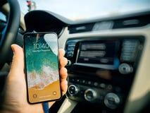 Bemannen Sie die Verbindung an cArPlay Apple des neuen iphone X 10 durch Apple Stockfotos