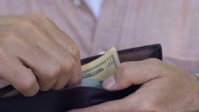Bemannen Sie die zehn-Dollar-Banknote in Geldbörse, Wirtschaftskrisekonzept, Abschluss oben einsetzen stock video