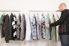 Bemannen Sie in einem Kleidungsshop lizenzfreies stockfoto