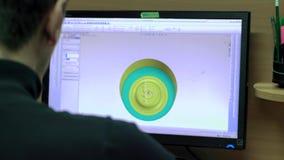 Bemannen Sie einen Zeichner Verifies Blueprints mit Modell 3d stock footage